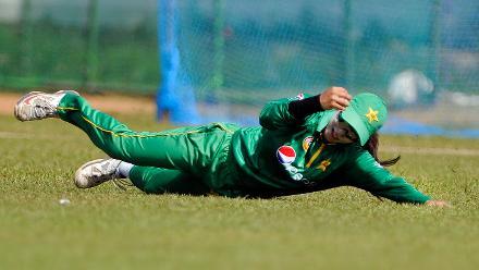 Nain Abidi taking a catch
