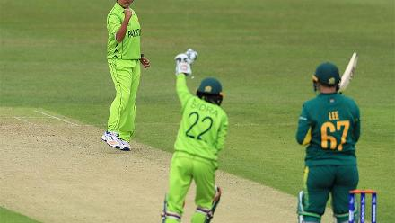 Sana Mir celebrates the wicket of Lizelle Lee