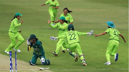 Pakistan celebrate the run-out of Marizanne Kapp