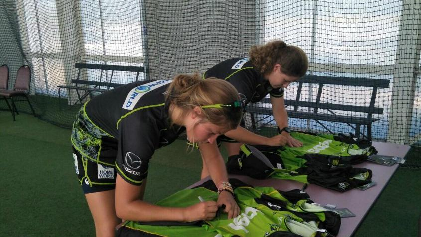 Sterre Kalis (left) spent time at Sydney Thunder, the WBBL team