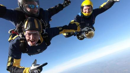 Graeme Swann goes 'Swann-Diving' in Devon as part of the #CWCTrophyTour