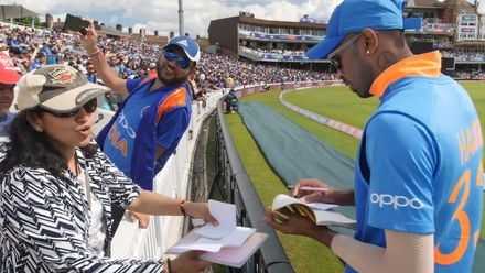 CWC19 WU4: Ind v NZ – Hardik Pandya signs autographs on the boundary