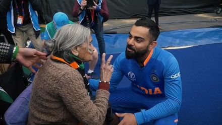 CWC19: BAN v IND - Kohli and Sharma talk to old lady