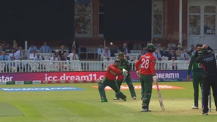 CWC19: PAK v BAN - Mohammad Hafeez bowls a very loopy full toss