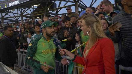 Elma Smit interacts with Tabraiz Shamsi and South Africa fans