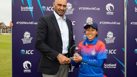 Thailand's Suleeporn Laomi receives the player of the match award from Graeme Le Brooy.