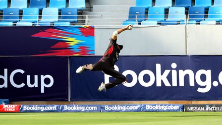 Rameez Shahzad takes a stunning catch to dismiss George Munsey