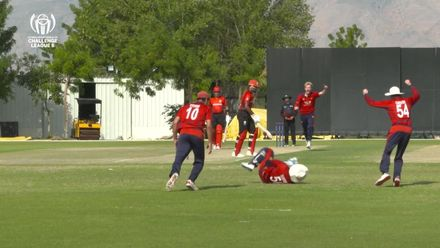 BRILLIANT CATCH Dunford takes a diving catch behind the stumps
